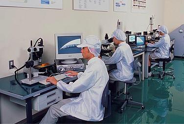 Optische Qualitätskontrolle bei FEATHER®
