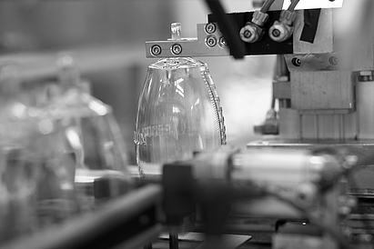 Reinraumfertigung: Automatische Montage einer Redon-Flasche